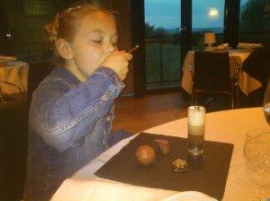 Dessert på Frederikshøj. Sjette ret, og hun sidder stadig på sin stol!